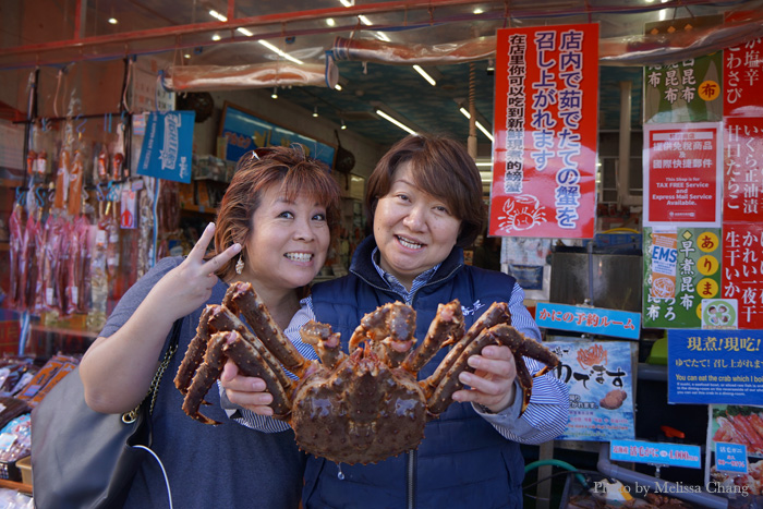 Masae-san grabbed one of the biggest crabs in the tank and had me pose with her.