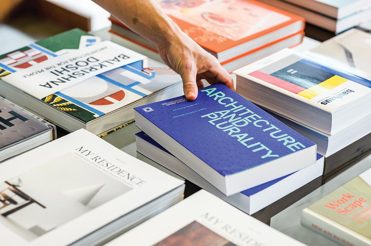 Hn2105 S3 Bas Bookshop Nz6 9439