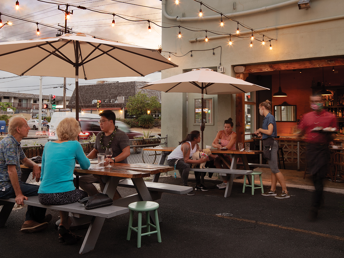 The Best Places To Eat Outside In Waikiki Right Now Mud Hen Water